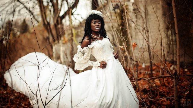 Чернокожая невеста в белом платье в осеннем лесу