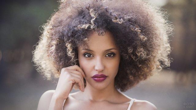 Девушка с лиловыми губами и пышной причёской