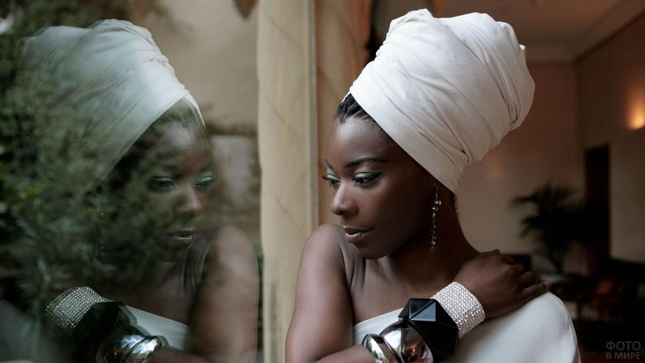 Негритянка в белой чалме у окна