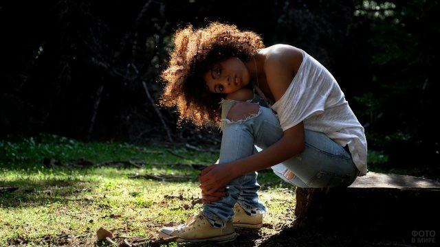 Негритянка в кедах отдыхает на природе