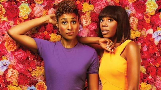 Негритянки на фоне цветочной стены