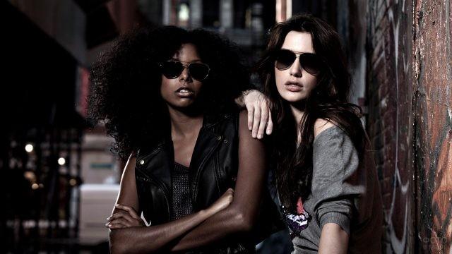 Подруги в солнцезащитных очках в городе