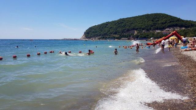 Дети резвятся на мелководье Центрального пляжа