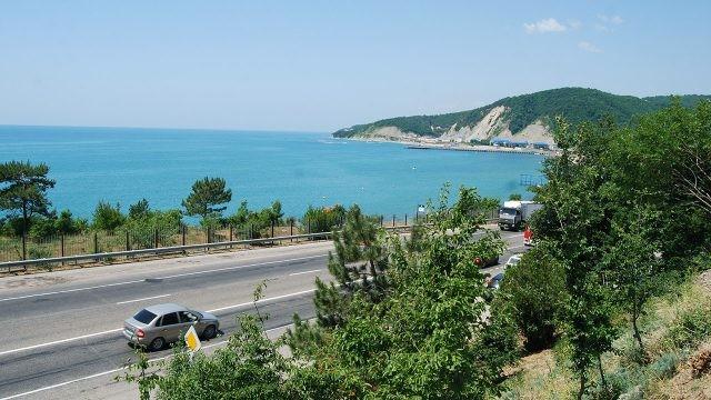 Дорога вдоль моря с видом на пляж в Лермонтово