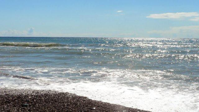 Яркие солнечные блики на волнах Чёрного моря