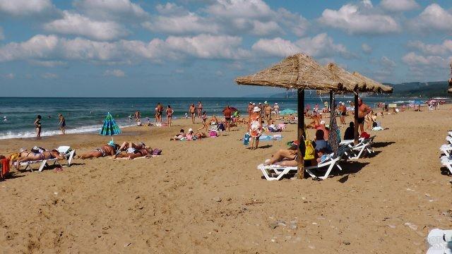 Отдыхающие туристы на песчаном пляже
