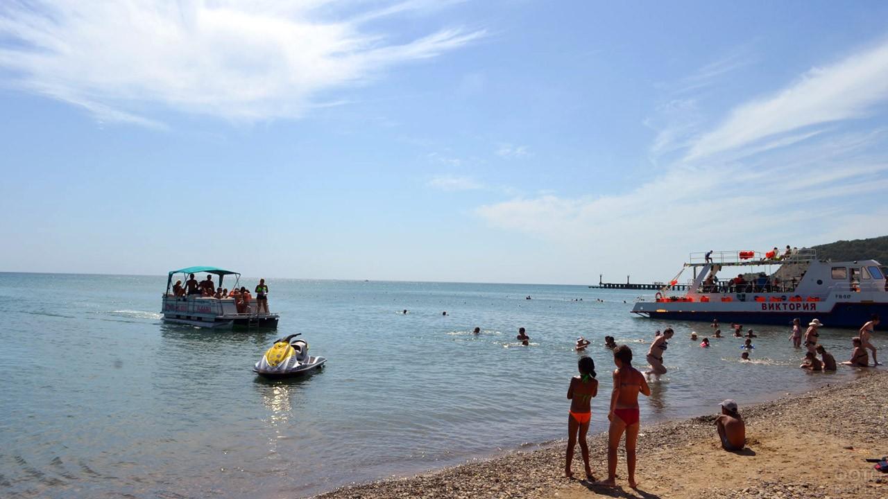 Прогулочные катера у пляжа