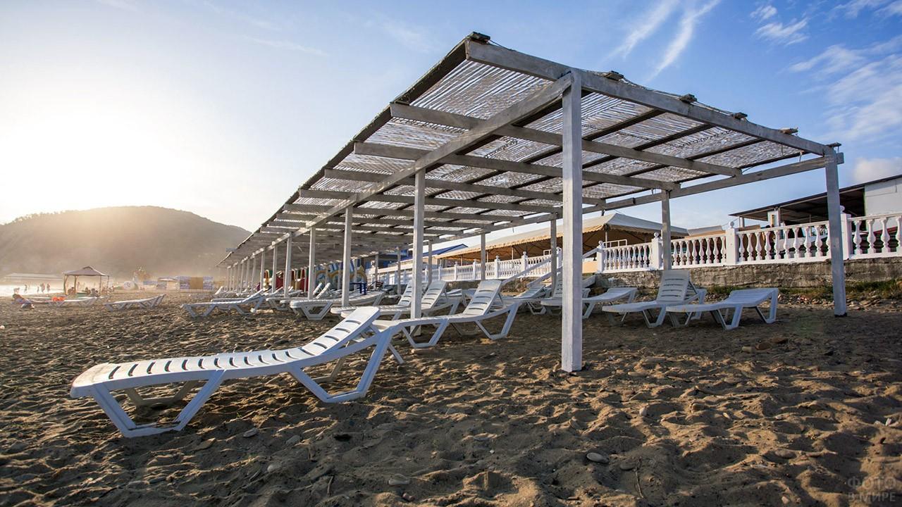 Шезлонги под навесом на песчаном Центральном пляже