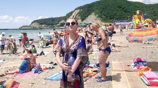 Туристка среди отдыхающих на Центральном пляже