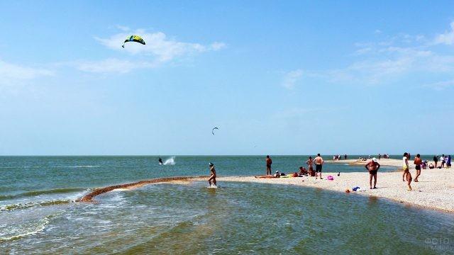 Туристы и парасейлеры на пляже Золотой берег