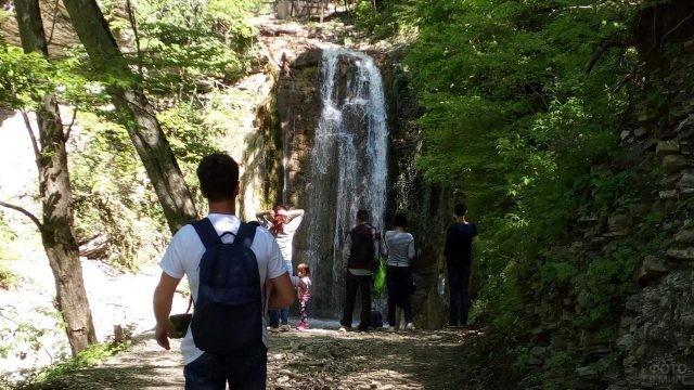 Туристы на смотровой площадке у Тенгинского водопада