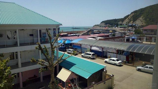 Улочка с торговыми рядами вблизи пляжа
