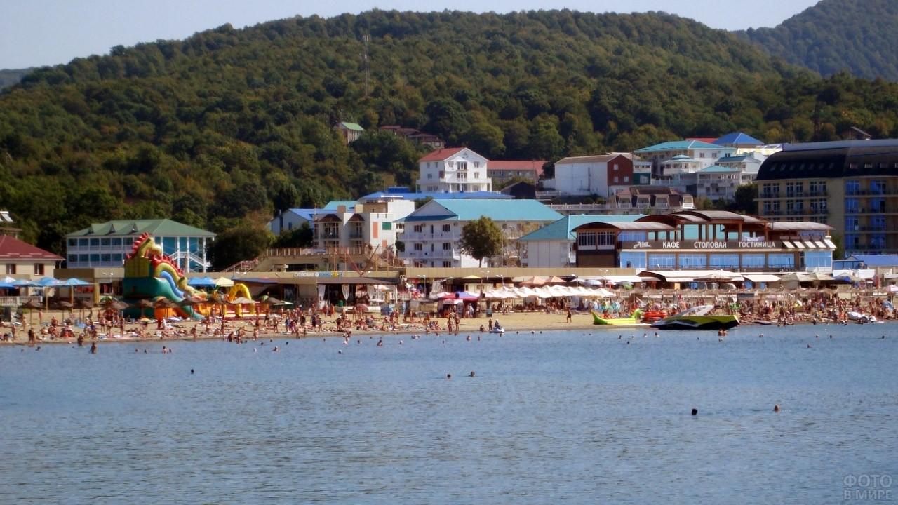 Вид с моря на пляж Золотой берег