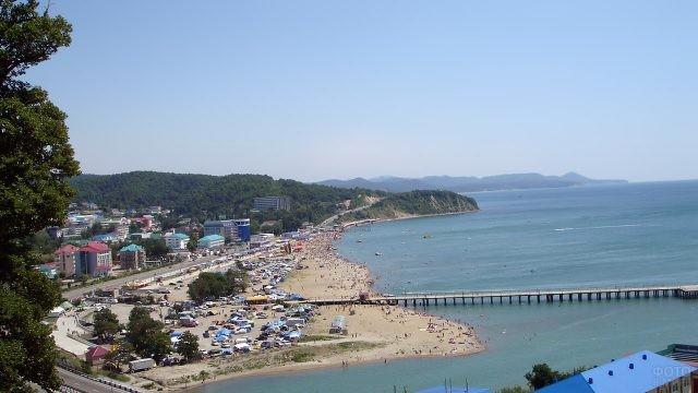 Вид сверху на посёлок Лермонтово и пляжи