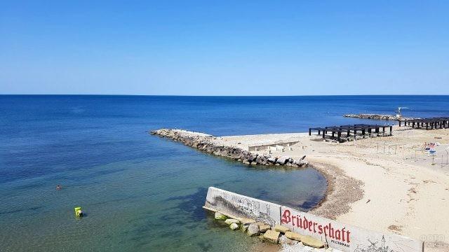 Волнорезы на пляже детского лагеря Морская волна