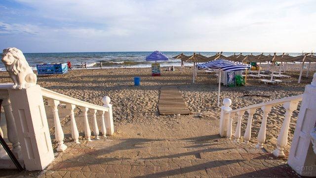 Выход с набережной на Центральный пляж