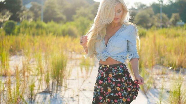 Блондинка в юбке с цветочным принтом