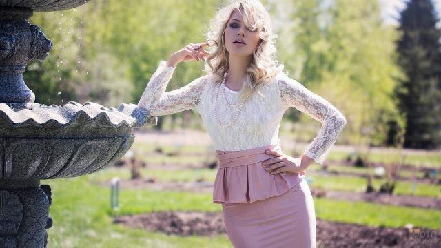 Блондинка в розовой юбке с баской