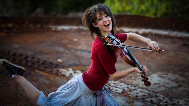 Брюнетка играет на скрипке