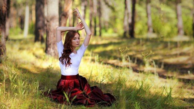 Девушка позирует в лесу