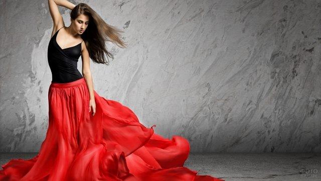 Девушка в длинной красной юбке