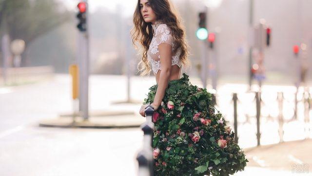 Девушка в юбке из роз