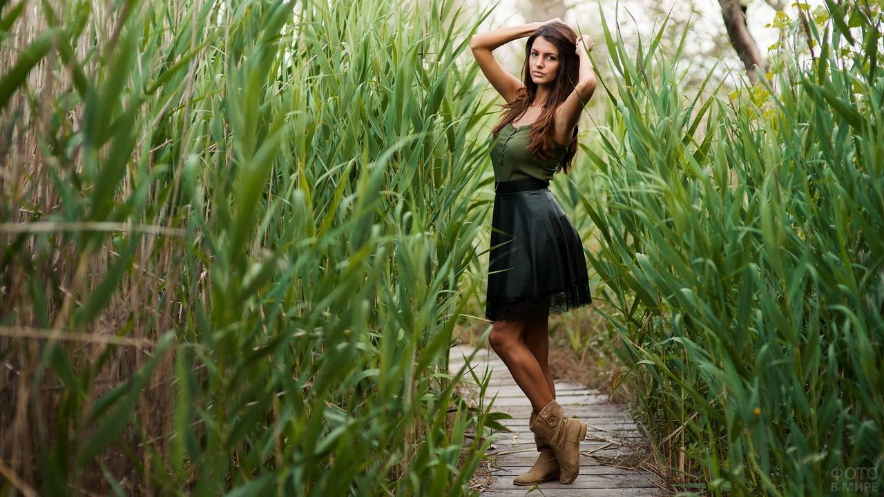 Девушка в кожаной юбке с кружевом среди кукурузы