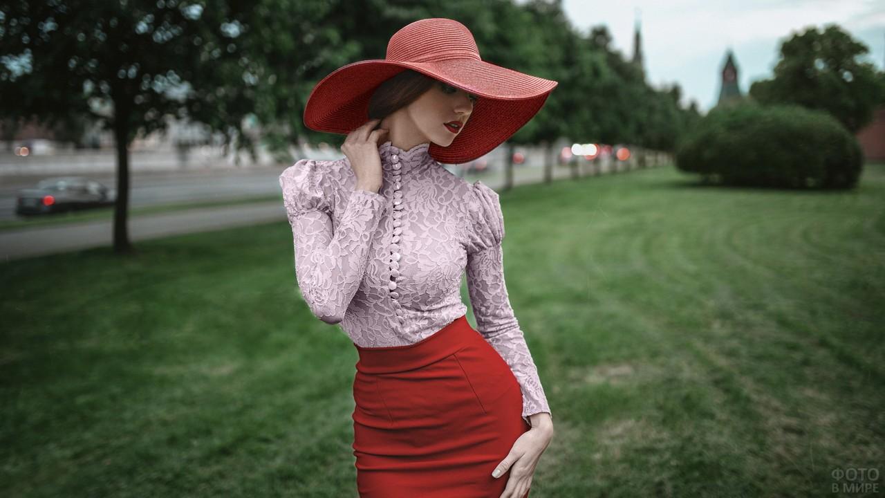 Девушка в красной шляпе и юбке