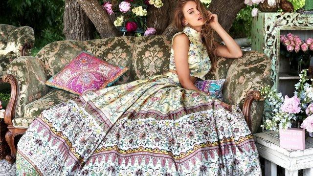 Девушка в шикарной пышной юбке на диване