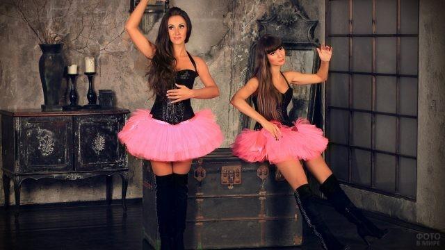 Две девушки в розовых пачках изображают кукол