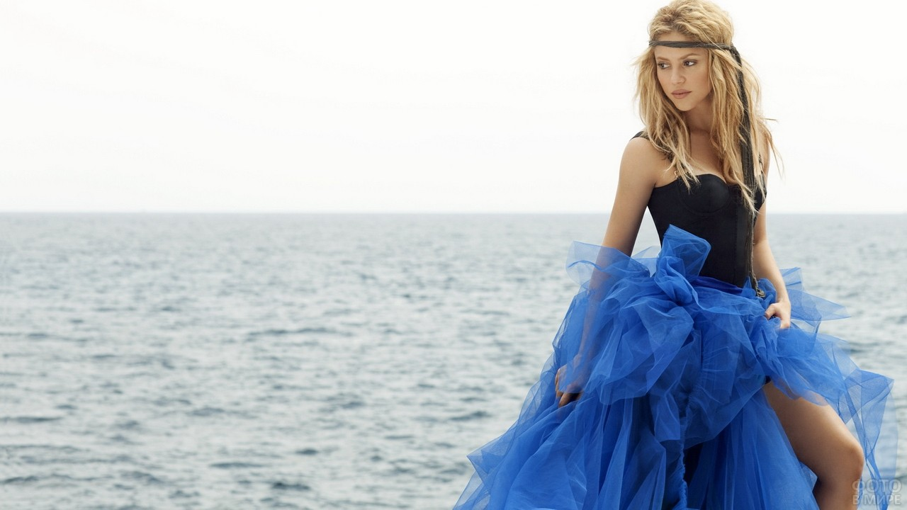 Певица Шакира в пышной синей юбке