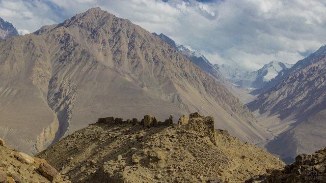 Древние развалины на вершине горы
