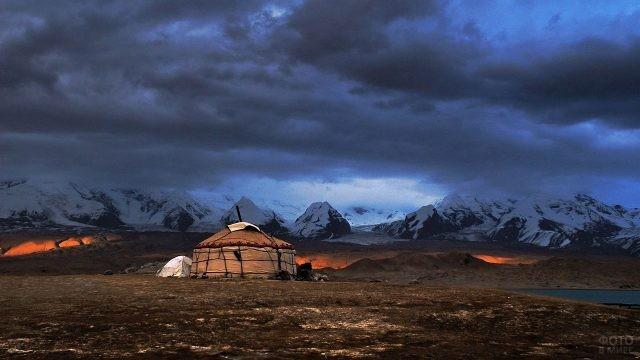 Юрта на фоне гор