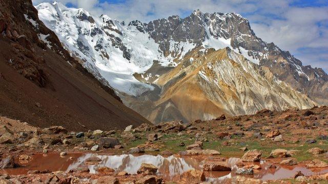 Каменистые пики Памирских гор