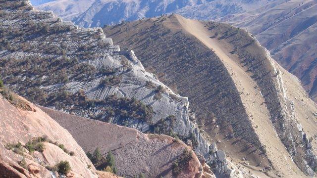 Крутые склоны и каменистые хребты Памира