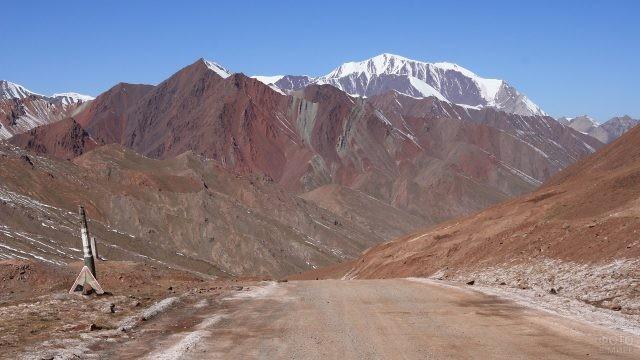 Пустынная дорога, ведущая к горным вершинам