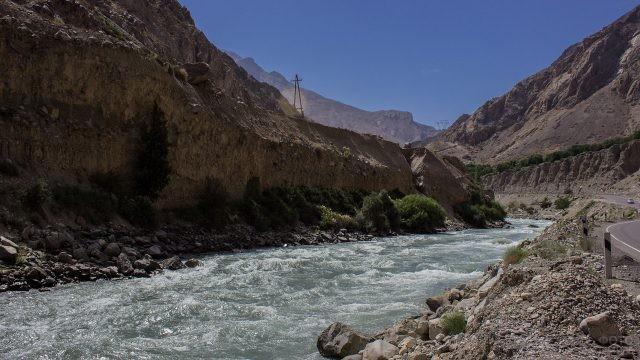 Река, протянувшаяся вдоль дороги