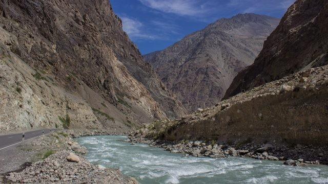 Река с сильным течением, протекающая посреди гор