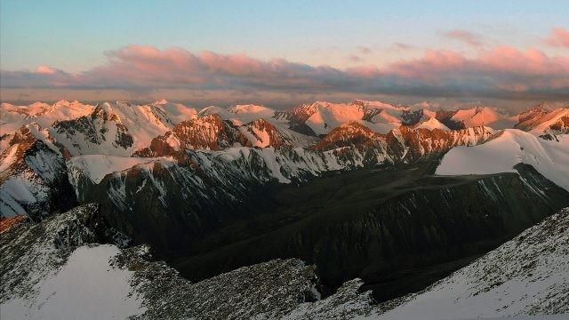 Вид сверху на заснеженные горные вершины