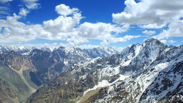 Воздушные облака над высокими горными вершинами