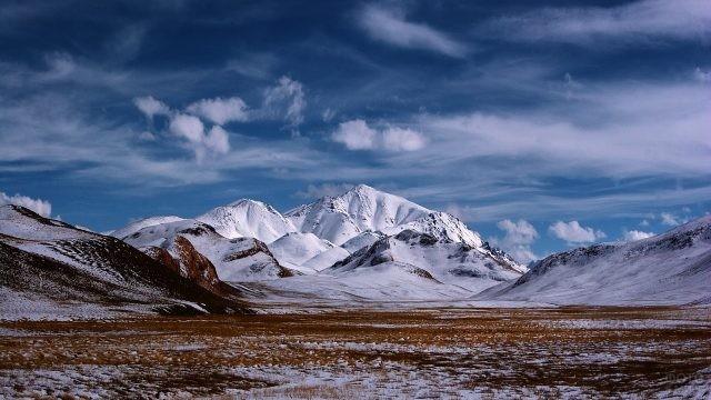 Высокогорная система Памир в снегу
