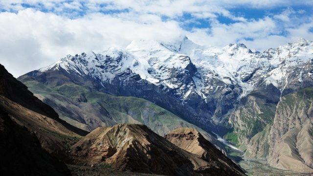 Заснеженные горные хребты в Таджикистане