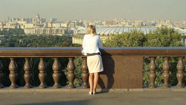 Девушка смотрит на стадион Лужники