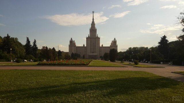 Газон возле здания МГУ