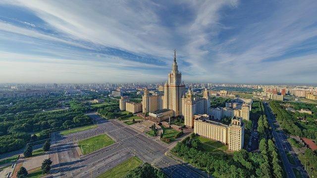 Красивый вид на здание МГУ