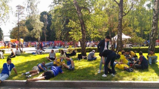 Люди отдыхают в парке на Воробьёвых горах