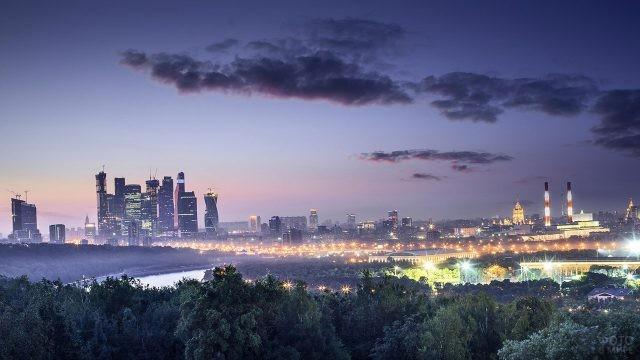 Нарядные вечерние огни на вечерней панораме Москвы