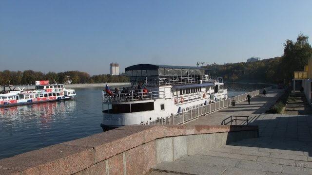 Теплоход на Воробьёвской набережной