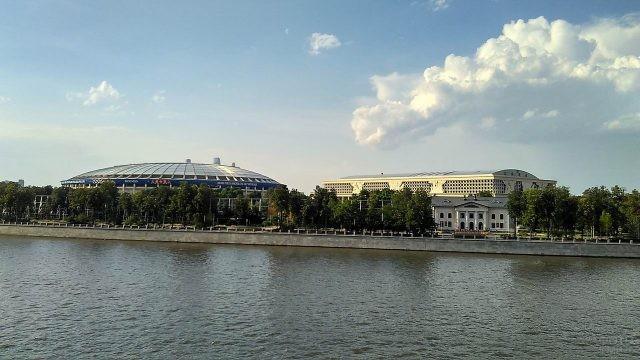 Вид на Лужники с Воробьёвской набережной