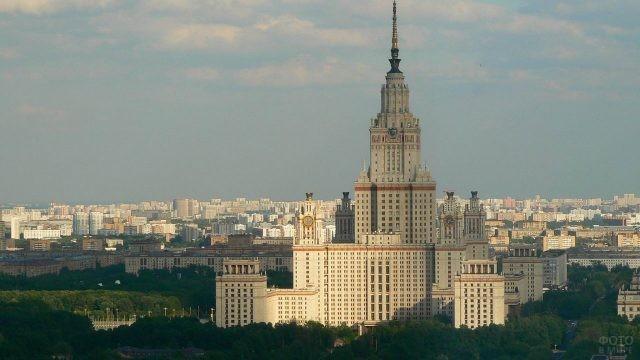 Вид на здание МГУ с Воробьёвых гор